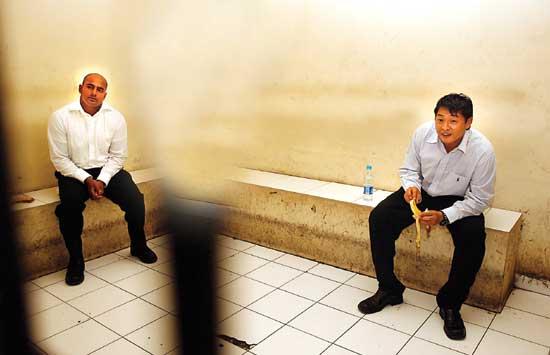 Myuran Sukumaran (kiri) dan Andrew Chan, dua pentolan seindikat Bali Nine sebelum sidang di Pengadilan Negeri Denpasar. (Dok. Jawa Pos)