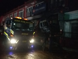 KECELAKAAN: Truk yang mengalami kecelakaan di Jalan Raya Cisarua, Rabu (11/3) lalu.