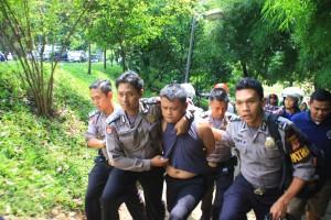 DIBEKUK: Salah Satu perampok spesialis ban kempis dibekuk petugas Polres Bogor Kota usai ditabrak dan terjatuh motornya, di Jalan Jalak Harupat, kemarin.