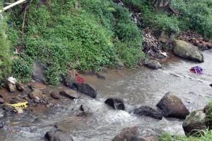 PENCEMARAN: Sampah plastik dan spons bahan pembuatan sandal yang tak bisa terurai secara alami, tampak berserakan di tepi sungai Cipinang, Gading, Mulyaharja, Bogor Selatan.