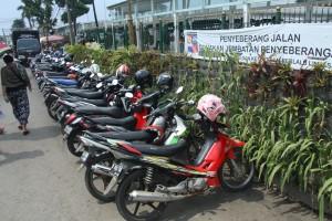ALIH FUNGSI: Vertical garden di pagar pembatas pedestrian Stasiun Bogor beralih fungsi menjadi lahan parkir liar.