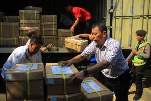 DATANG: Petugas Disdik Kota Bogor saat menerima kiriman soal UN, kemarin.