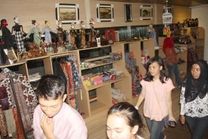 BERKUALITAS: Gerai Dekranasda selalu ramai dikunjungi wisatawan di akhir pekan. Mayoritas pelancong mencari pernak-pernik khas Bogor.