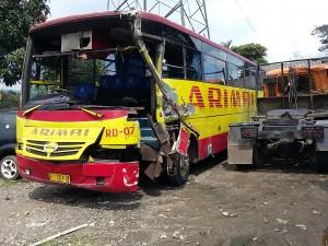 LAKALANTAS: Kaca bagian depan bus Arimbi pecah setelah menabrak truk pengangkut alat berat di Tol Jagorawi.