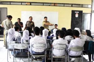 DIBINA: Puluhan pelajar yang diamankan diberikan pembinaan oleh Muspika Kecamatan Leuwiliang, kemarin.