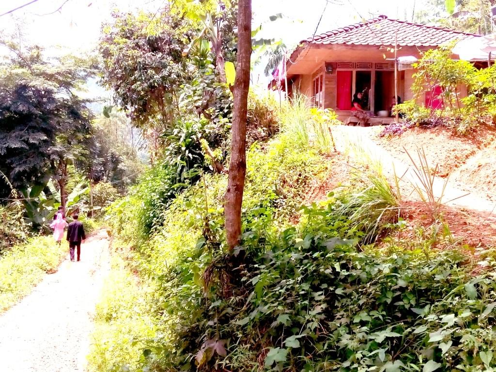RAWAN LONGSOR : Warga dan pemdes Girimulya mendesak BPBD agar melakukan pembangunan TPT secepatnya. Foto : Riki/Pojoksatu.id