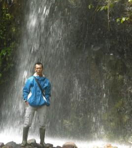 KEINDAHAN TERSEMBUNYI : Salah satu pengunjung berfoto di Air terjun Cihelang.