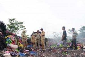 SIDAK: Petugas BPLH Kota Bogor memeriksa kondisi pengolahan limbah di Kampung Pabuaran, Bogor Selatan, kemarin.