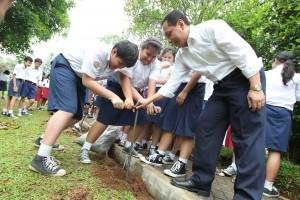 Direktur Sekolah Kesatuan, Samuel Soemantri ikut ngebor biopori bersama siswa SMP.