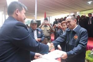TERIMA BERKAS : Ketua Umum KONI Kota Bekasi, Abdul Rosyad Irwan menerima sebuah berkas dari Ketua Umum KONI Jawa Barat dalam prosesi pelantikan pada maret lalu. IRWAN/RADAR BEKASI