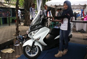 PAMER MOTOR: Karyawan PT Sejahtera Motor Gemilang sedang memamerkan sepeda motor Suzuki matic Burgman yang membidik pasar medium.OKE/RADAR BEKASI