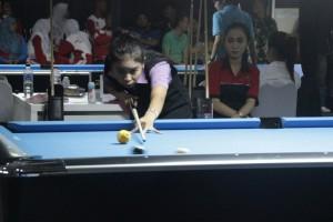 FOKUS : Salah satu atlet biliar putri Kabupaten Bekasi mencoba fokus dalam melakoni pertandingan di PORDA XII Jabar 201 lalu. ADISURYO/RADAR BEKASI