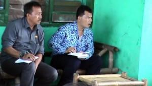 MENDENGAR : Ketua Komisi B DPRD Kabupaten Bekasi yang juga sebagai anggota Fraksi Demokrat, Mulyana Mukhtar mendengarkan keluhan masyarakat di dapilnya. Dia mendesak Pemkab lebih peduli terhadap situs budaya yang ada. DOK/RADAR BEKASI