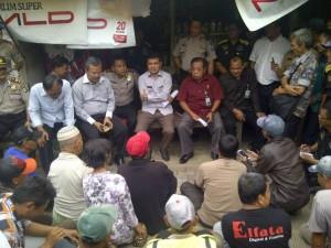 TURBA : Anggota Fraksi Demokrat, Arwis Sembiring (duduk) dua dari kanan mendesak pemerintah untuk segera membentuk Dewan Tranportasi. DOK/RADAR BEKASI