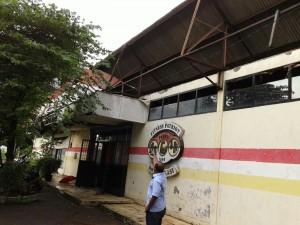 RUBUH : Atap gedung latihan PABBSI Kota Bekasi rubuh tersapu angin, akibat rubuh gedung pun tergenang air hujan lantaran atapnya bolong. IRWAN/RADAR BEKASI