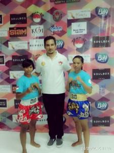 RUNNER UP : Atlet Wushu Kota Bekasi yang mulai menggeluti Cabor Muay Thai, Nur Saadah (kanan) berhasil menjadi Runner Up di Kejuaraan Internasional Jak Top Muay Thai. IRWAN/RADAR BEKASI