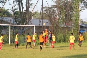 Heading : Striker tim Popda sepak bola Kabupaten Bekasi tengah melakukan heading ke gawang tim SSB Bekasi Putra dalam pertandingan uji coba di Stadion Tambun kemarin. ADISURYO/RADAR BEKASI