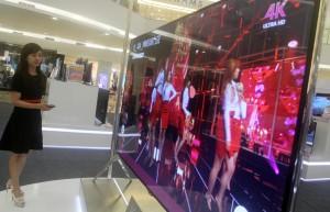 PERKENALAN PERDANA: Sales Promotion Girl (SPG) LG sedang menguji Super UHD TV yang dikenalkan secara perdana di Indonesia. IST/RADAR BEKASI