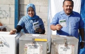 NYOBLOS : Anggota Fraksi Demokrat yang juga menjabat sebagai Wakil Ketua III DPRD Kabupaten Bekasi, Mustakim ketika usai menyoblos pada Pemliu 2014 kemarin. DOK/RADAR BEKASI