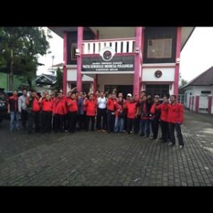 BERSAMA : Usai mengikuti kongres di Bali pengurus DPC PDIP Kabupaten Bekasi berpose bersama di depan kantor DPC. RANDY/RADAR BEKASI