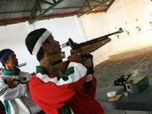 BIDIK : Atlet menembak Pelatda PON Jabar tengah berlatih di lapangan tembak Cimahi, Jawa Barat. ADISURYO/RADAR BEKASI