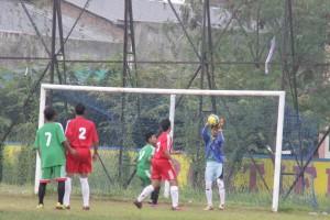 UJICOBA : Tim sepak bola POPDA Kabupaten Bekasi ketika melakoni laga uji coba melawan SSB Bekasi Putra di lapangan stadion Tambun Selatan. ADISURYO/RADAR BEKASI