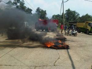DEMO: Warga Kampung Caringin, Desa Gorowong, berunjuk rasa dengan membakar ban menuntut perbaikan jalan, kemarin (8/4).