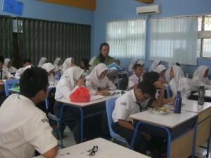 MENGAJAR : Salah seorang guru saat sedang mengajar. Dinas pendidikan Kota Bekasi mencatat, sebanyak tujuh ribu guru belum sertifikasi. DOK/RADAR BEKASI