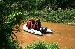 MASIH DICARI: Tim pencarian jenazah Muhammad Ardan, siswa SMPN 7 yang tenggelam di Kali Cikeas hingga kemarin belum ditemukan. RISKY/RADAR BEKASI