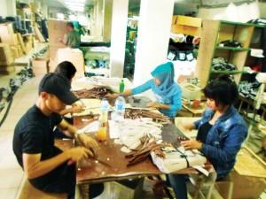 DI BAWAH UMUR: Karyawan PT Sunji Wira di Kampung Pabuaran, Desa Cikeas Udik, tampak sedang memproduksi ritsleting tas.