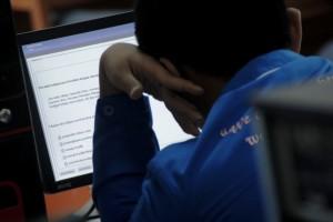 SERIUS : Salah seorang siswa SMK Telkom Telesandi sedang mengerjakan soal UN berbasis komputerisasi. Kesiapan sekolah ini mengalahkan sekolah negeri di Kabupaten Bekasi dalam hal UN secara online. Ariesant/RADAR BEKASI