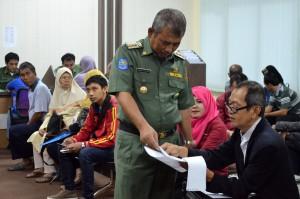 SIDAK : Wali Kota Rahmat Effendi berbincang dengan salah satu masyarakat yang sedang mengurus keperluan di Dispenda, kemarin. Risky/RADAR BEKASI