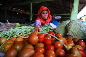 MAHAL : Harga tomat kini mulai merangkak naik. Di Tambun Utara, harga tomat mengalami kenaikan Rp2 ribu perkilogramnya. Azzi/RADAR BEKASI
