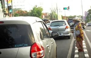 GEPENG : Sejumlah pengemis tampak berkeliaran di jalan protokol di Kota Bekasi.RISKY/RADAR BEKASI