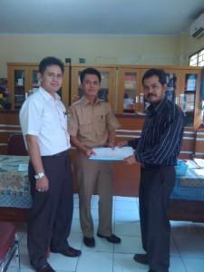 MOU : Humas dan Kemahasiswaan STMIK Bani Saleh Bekasi, Zaenal Abidin (Kiri), bersama Kepala Sekolah SMK Karya Guna 2 Bekasi, Imis Hasugian (Tengah) dan Koordinator Pelatihan IT, Rasim (Kanan), saat  menandatangani MoU pelatihan IT.ISTIMEWA/RADAR BEKASI