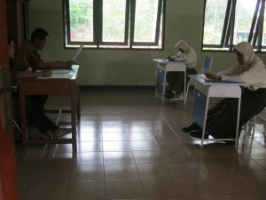 UJIAN SEKOLAH : Dua siswa SMP LB  Tan Miyat saat mengikuti ujian sekolah (US) kemarin. Sedangkan Ujian Nasional (UN) tingkat SMP dilaksanakan pada Mei mendatang. GIRI/RADAR BEKASI