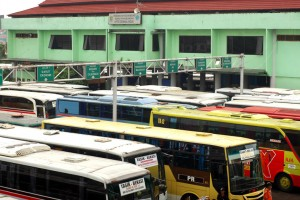 PENUH : Bus tampak berjejalan di dalam Terminal Bekasi. Dishub berencana akan melakukan penataan di terminal tersebut. RISKY/RADAR BEKASI