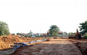 BANDEL : Meski sudah disidak dan diberikan teguran, pengembang pabrik di Kaliabang Ceger Harapanjaya terus melakukan pembangunan. RISKY/RADAR BEKASI