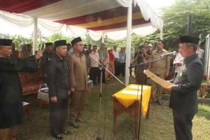 DILANTIK : Wali Kota Rahmat Effendi melantik Dirut PD Migas Sutriyono dan Direktur Keuangan Muhammad Fikri Azis. Cr27/RADAR BEKASI
