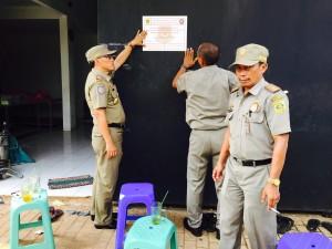 DISEGEL: Petugas Satpol PP Kabupaten Bogor menyegel pabrik konveksi di Kampung Pondok, Desa Pabuaran, Kecamatan Kemang, kemarin.