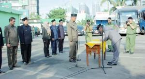 Lantik: Wali Kota Bekasi Rahmat Effendi melantik beberapa pejabat di Terminal Kayuringin, kemarin.Andi/ Radar Bekasi