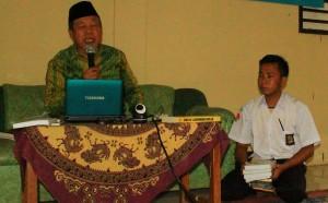 Kherul Yunus memberikan tausiah di depan ratusan siswa SMK Arrahmaniyah, Tajur Halang, Bogor
