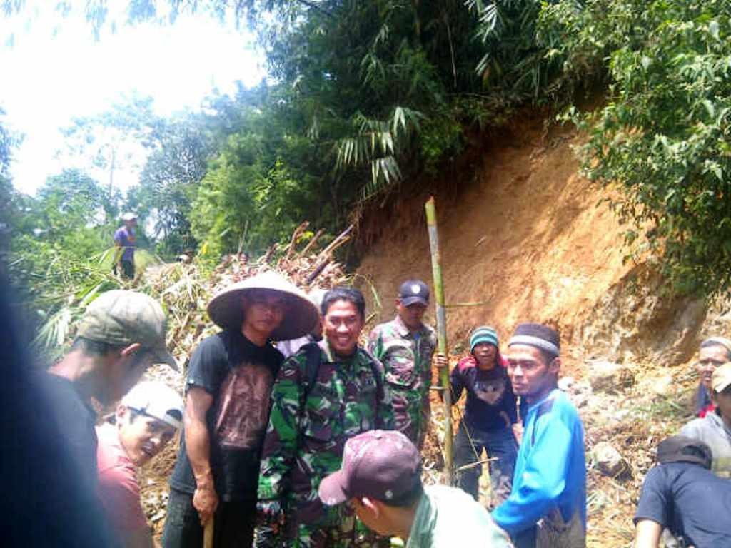 KOMPAK : TNI bersama rakyat bergotong-royong membersihkan sisa longsor di Kecamatan Campaka beberapa waktu lalu. Foto: Riki/Pojoksatu.id