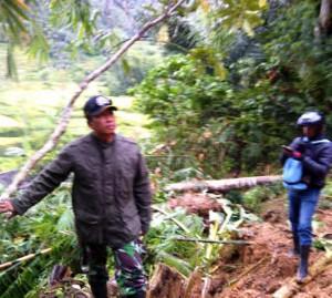 LONGSOR: Danramil Campaka, Kapten Yayan tinjau ke lokasi longsor tebing di Kecamatan Campaka.