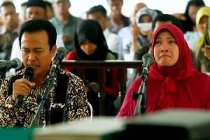 Bupati Karawang dan istri dalam persidangan.