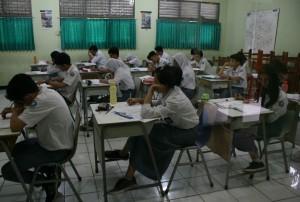 SERIUS : Siswa SMAN 2 Kota Bekasi terlihat serius mengikuti Ujian Nasional pada hari pertama kemarin. Sekolah tersebut tidak mengistimewakan bagi siswa berkebutuhan khusus. GIRI/RADAR BEKASI