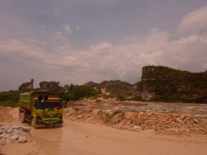 PENAMBANGAN: Aktivitas penambangan batu kapur di Kampung Sindang Lengo, Desa Klapanunggal, dikeluhkan warga setempat karena mencemari lingkungan. Warga mendesak pemerintah segera bertindak.