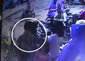 Korban dan kakaknya sedang berdiri di depan toko souvenir sebelum diculik