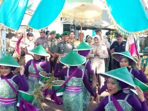 PANEN RAYA : Ketua Badan Karantina Pertanian dan Korem 061 Suryakancana disambut Kesenian lengser.