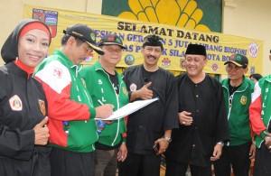 Tokoh Bogor membubuhkan tanda tangan sebagai wujud dukungan Andi Hakim Nasoetion (AHN) menjadi nama ruas jalan di Kota Bogor
